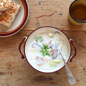手紙社さんのイベントに初登場のメニューです。 手作りのホワイトソースに白菜や大根をたっぷり入れますよ。