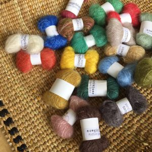ふんわりと優しい表情ながら、強靭なモヘアシルクの小巻は、ダーニングだけではなく、刺繍や編み物にも重宝します。