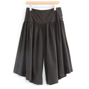 一見ロングスカートのように見えますが、ゆったりと楽に履いて頂けるパンツです。 足首が見える長さとサイドを短めにすることにより、より女性らしいシルエットになっています。
