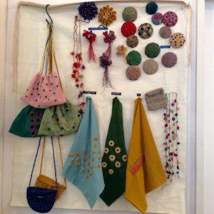 刺繍や編み物、織りなど、さまざまな手芸に取り入れられます。