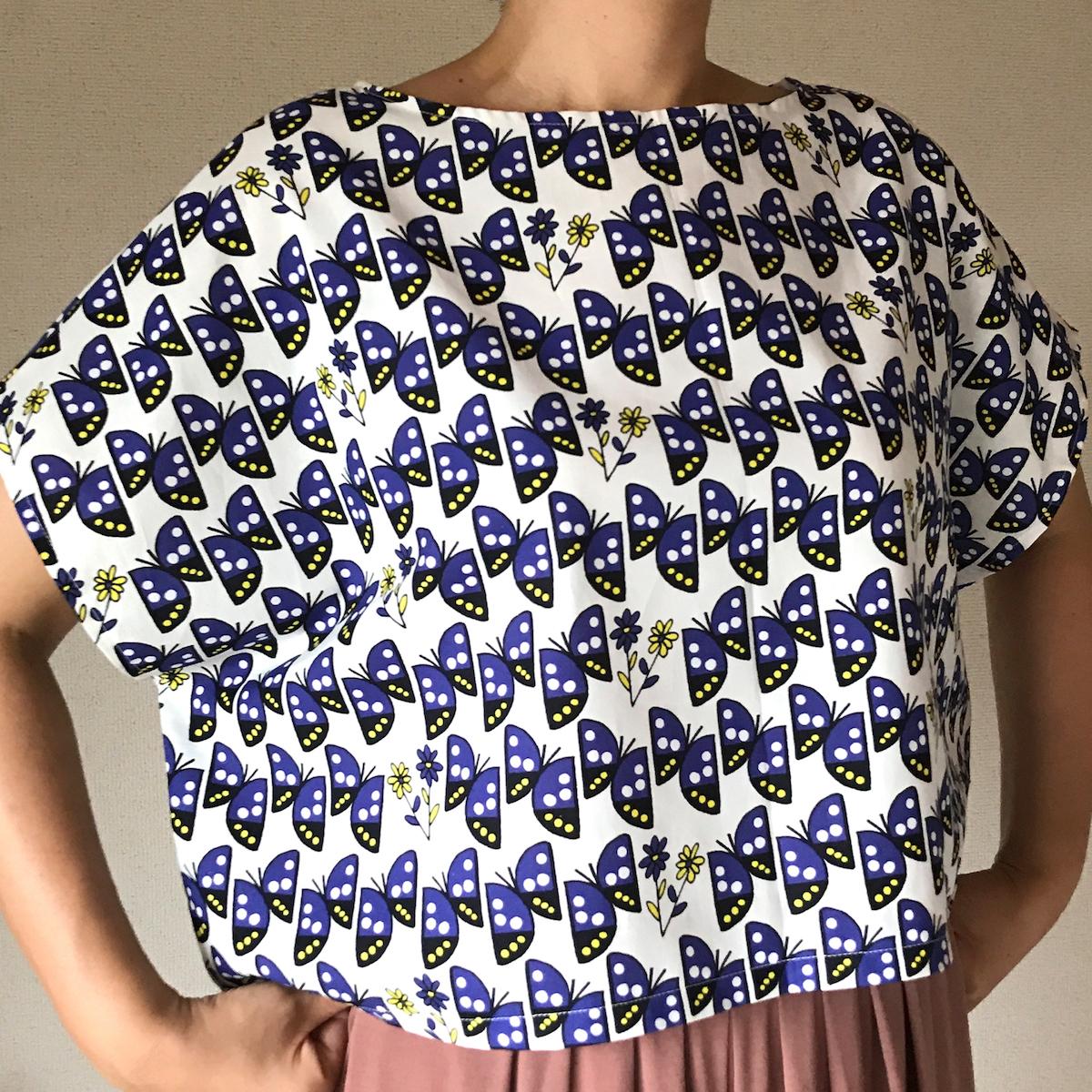 日本の国蝶・オオムラサキ柄の布を使ったブラウス。