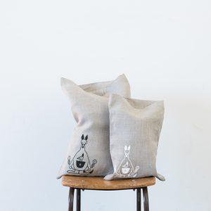 サイズは大と小の2種類。リネンにシルクスクリーンでイラストをあしらいました。大事なものをつつめて、さっと取り出せる、とってもシンプルな袋です。