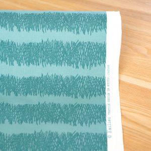 京都にある染工場で、手捺染で染めています。1版1版手作業です。