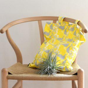 """新作のデザイン""""PEAFOUL""""より 黄色のトートバッグ。"""