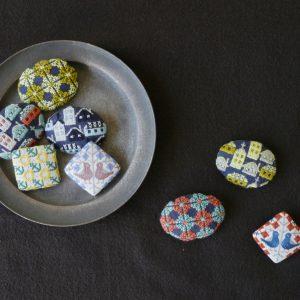 人気の手刺繍のような雰囲気のブローチは、塚野刺繍さんに作って頂いています。
