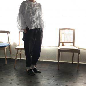 jelly fish 手刺繍シャツ / white と yatraパンツ / black