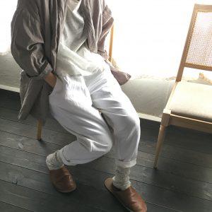 kimonoカラージャケット / gray と yatraパンツ / white