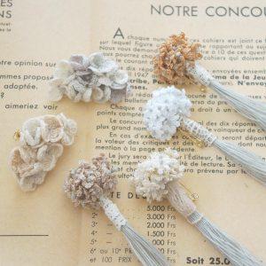 花束のピンブローチと耳飾り