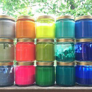 乾くと防水性のある絵具を使い、オリジナル色をガラス瓶で作りながらペイントします。