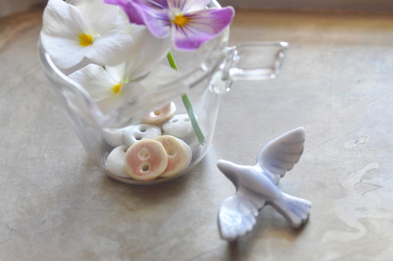 陶ボタンと陶器のブローチ「Link Bird」