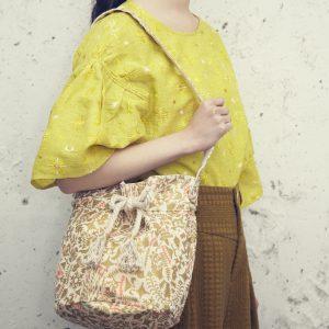 yozora刺繍のフレアスリーブのブラウスとシャングリラ柄金粉プリントの巾着バッグ。 春を待ち遠しくなる華やかなブラウスです。