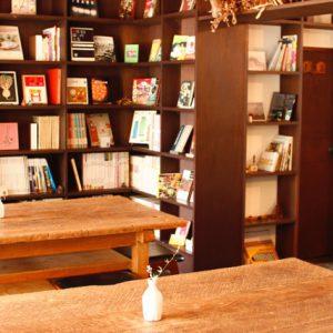 壁一面に広がる本棚。時間がたつのを忘れさせてくれます。