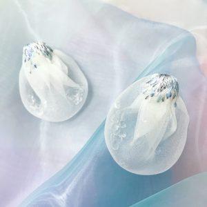 シルクの布に氷のようなガラスのかけらが入った空気を包みこんだような思わず触れたくなるピアス・イヤリング。