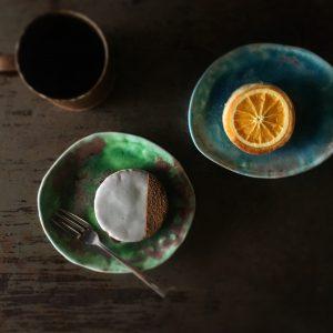 『紅玉林檎とホワイトチョコレートのシナモンケーキ』と『有機バニラとオレンジのベイクケーキ』