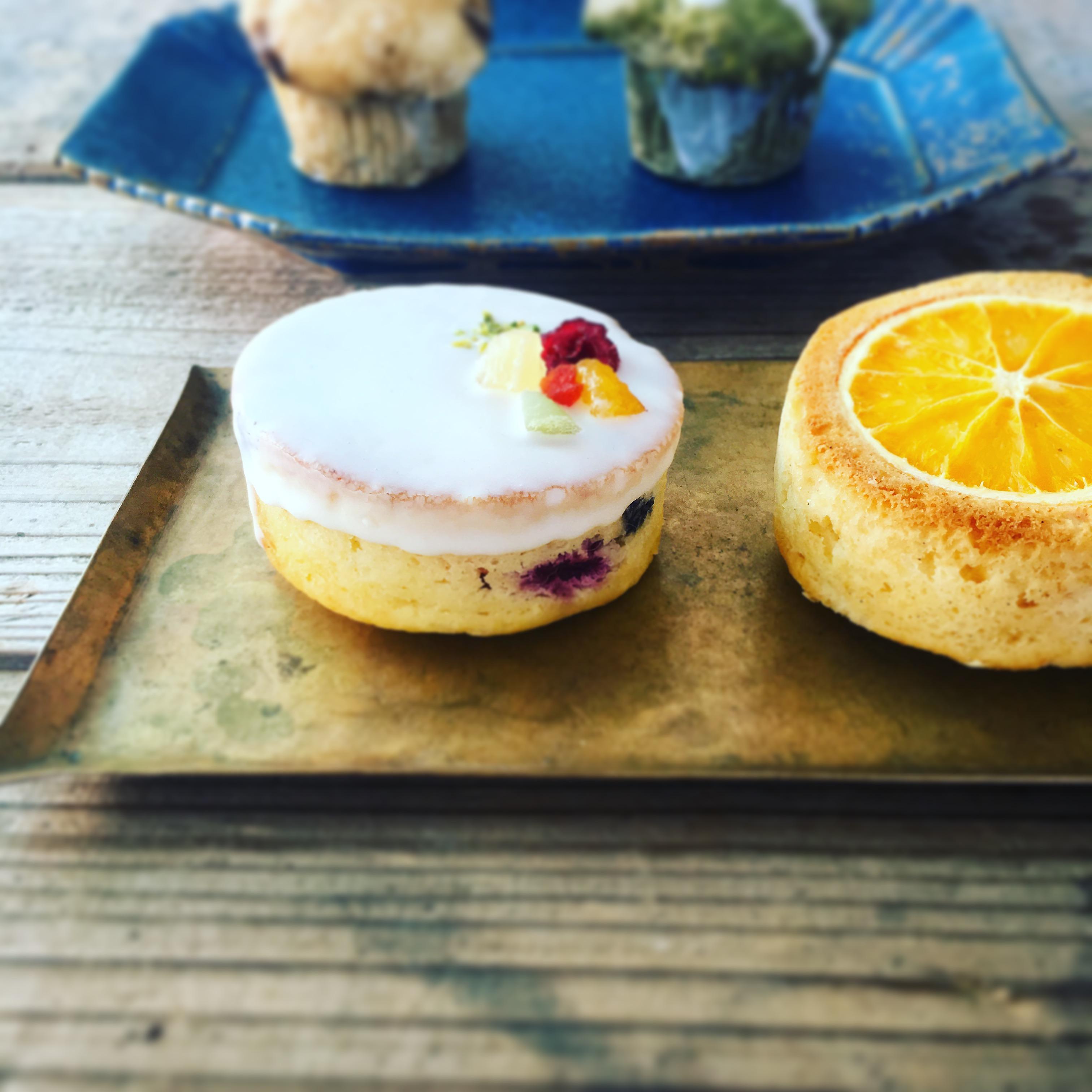 ラズベリー、ブルーベリー、パインなどのたっぷりフルーツとサワークリームを入れた『サワークリームフルーツケーキ』
