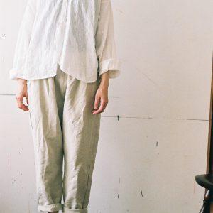 ファーマーズシャツ、今年はカディのグレーストライプが登場予定です。ボトムは定番の綿麻のパンツ。