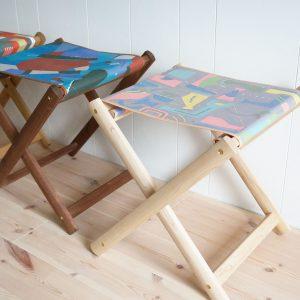 ハンドプリント生地と木素材とのコラボアイテムその1、フォールディングチェア。座面の生地部分は帆布です。