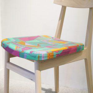 ハンドプリント生地と木素材とのコラボアイテムその2、インテリアに可愛い小さめの椅子。色・柄などお選び頂けます。