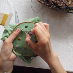 通常の糸とはひと味違って、ラフィアを使った刺繍は面白い表情を見せてくれます。