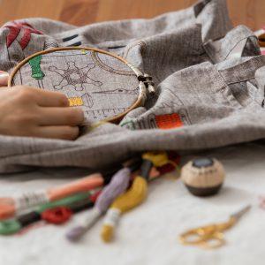 LECIENさんとつくったテキルタイル、EMBROIDERY TOOLS 刺繍の道具をモチーフにしたプリント生地。 すきなところにぬりえをするように刺繍していただけます。