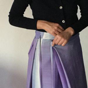 たたんでサイズ調節するスカート
