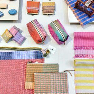 手織りの布を用いて鞄を中心に布小物を製作しています。