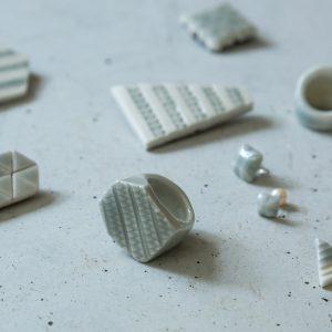 『手から生まれる結晶』をテーマにジュエリーとタイル作品を中心に制作しています。