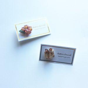 プレゼントとお花束のピンブローチ