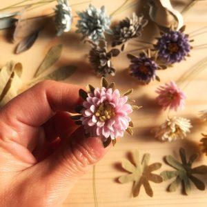 全てハサミでカットした、一枚一枚のパーツが愛らしいアスターの花。