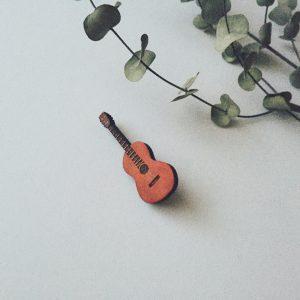 ギターのブローチ