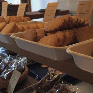 喫茶と小菓子の営業日は焼き菓子一個からお気軽に。