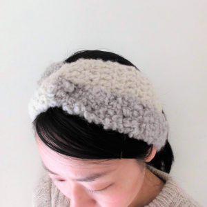 くるくるとループした毛糸と、ふわふわのやわらかい毛糸と極細のラメ糸を組み合わせた、とてもあたたかいヘアバンドです。