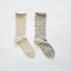 麻とコットンスラブ糸を合わせて編み立てたソックスです。 ナチュラルな素材感が生きた、ざっくりと厚手なソックスです。