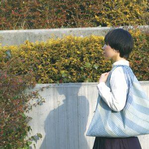 三角形の大きな肩から下げられるbagです。