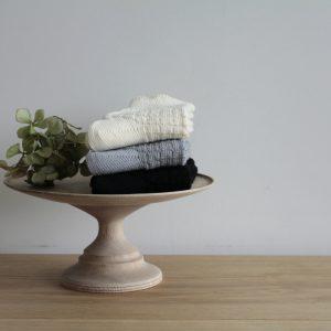 ふんわり編立てたシンプルな透かし模様のソックス。少しガーリーな雰 囲気。