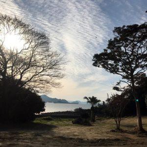 アトリエの窓からは福岡・糸島の海が見え、波の音が聞こえてきます。