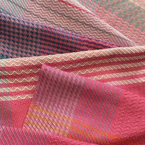 鞄は1点ずつ色柄をかえて織っています。