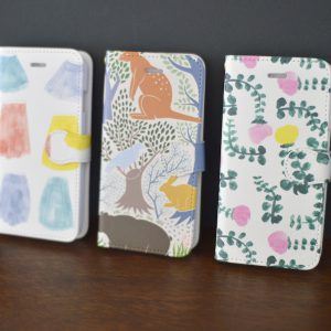 手帳型と背面のみのタイプの2種類ご用意いたします。