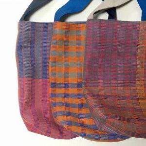 肩から斜め下げも可能な大きなショルダーbagは布博へは初めてお持ちします。