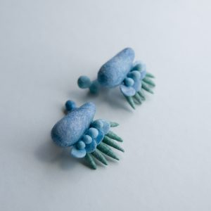 和紙のような感触です。SENI pierce / wool,polyester fiber