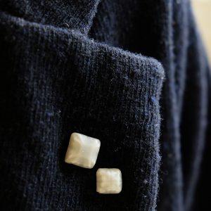 帽子やコートの襟に。重ね付けもおすすめです。