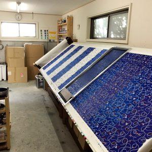 makumoでは、現在シルクスクリーンを使った型染め(手捺染)で生地を染め付けています。