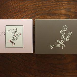 梅の花をモチーフにしたピンクのお箱と茶色のお箱