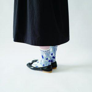 蓮の花と涙をイメージしたソックスです。 レーヨンシルクで薄手に編み立てた優しい履き心地の1足です。