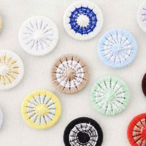 「全部1個ずつ持っておきたい」なんて方もいらっしゃる、2色使いの糸ボタン。