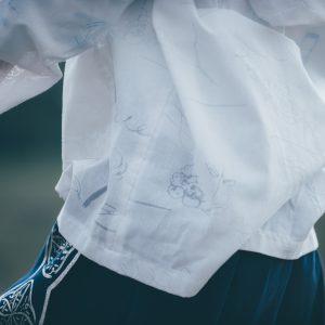 オパール加工の「手紙」のテキスタイルのパーカー。文字が透けています。