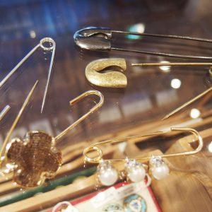 ピンを収める部分がネジ式でボタンやビーズが付け替えられるキルトピン