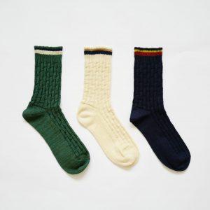リネンと綿を合わせて編み立てた、程よい厚みのソックスです。 シャリ感が心地よい1足です。