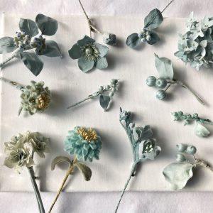 自ら育てた藍の葉や山の上で摘んだクザギの実で染めた色は、まるで晴れた空のような色。
