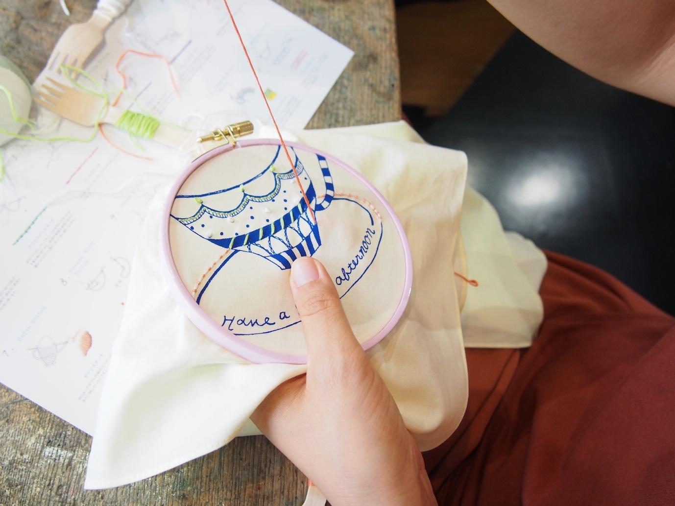 それに、好きな色、ステッチをくわえて、ぬり絵をするように自由に針を進めて楽しんで頂きます。